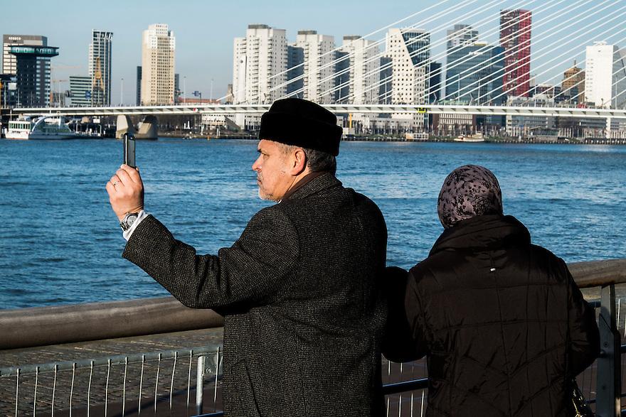 Nederland, Rotterdam, 12 jan 2014<br /> Kop van Zuid. Toeristen maken foto's met een mobiele telefoon<br /> <br /> Foto: Michiel Wijnbergh