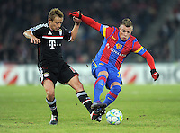 FUSSBALL   CHAMPIONS LEAGUE   SAISON 2011/2012   ACHTELFINALE HINSPIEL FC Basel - FC Bayern Muenchen     22.02.2012 Rafinha (li, FC Bayern Muenchen) gegen Xherdan Shaqiri  (FC Basel)