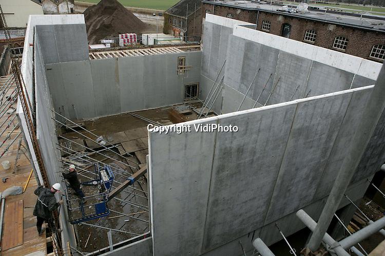 Foto: VidiPhoto..ULFT - In Ulft wordt onder leiding van projectontwikkelaar Boei een voor Nederland uniek restauratieproject uitgevoerd dat tevens dient als één van de twee landelijke voorbeeldprojecten voor het nieuwe monumentenbeleid van het Rijk. De oude fabriekshallen van ijzergieterij Dru (samen zeven rijksmonumenten), worden door drie aannemers ingericht als theater, poppodium, raadszaal, onderwijsinstelling, muziekschool en bibliotheek. Daarnaast komen er 250 woningen op het 14 ha. grote terrein en diverse appartementen en kantoren. Het hele project, dat in totaal meer van 100 miljoen euro kost, moet in 2012 gereed zijn.