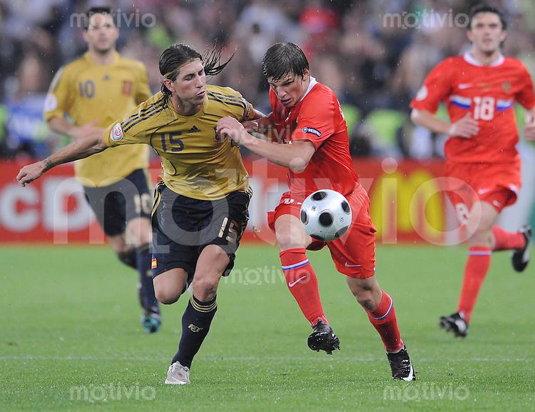 FUSSBALL EUROPAMEISTERSCHAFT 2008  Russland - Spanien    26.06.2008 Sergio Ramos (ESP, links) gegen Andrei Arshavin (RUS).