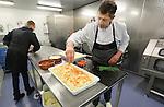 Foto: VidiPhoto<br /> <br /> MAARTENSDIJK - Werkzaamheden in de keuken van Landwaart Culinair in het Utrechtse Maartensdijk. Eigenaar Wim Landwaart is de beste groenteman van Nederland 2012-2013. Het bedrijf valt regelmatig in de prijzen. Naast groenten en fruit, maakt en verkoopt Landwaart ook salades.