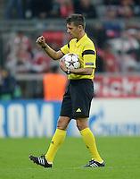 FUSSBALL   CHAMPIONS LEAGUE   SAISON 2013/2014   Vorrunde FC Bayern Muenchen - ZSKA Moskau       17.09.2013 Schiedsrichter Gianluca Rocchi (Italien) mit Ball