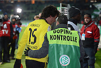 FUSSBALL   1. BUNDESLIGA   SAISON 2012/2013    18. SPIELTAG SV Werder Bremen - Borussia Dortmund                   19.01.2013 Mats Hummels (li, Borussia Dortmund) wird von einem Dopingkontrolleur am Stadionausgang in Empfang genommen.