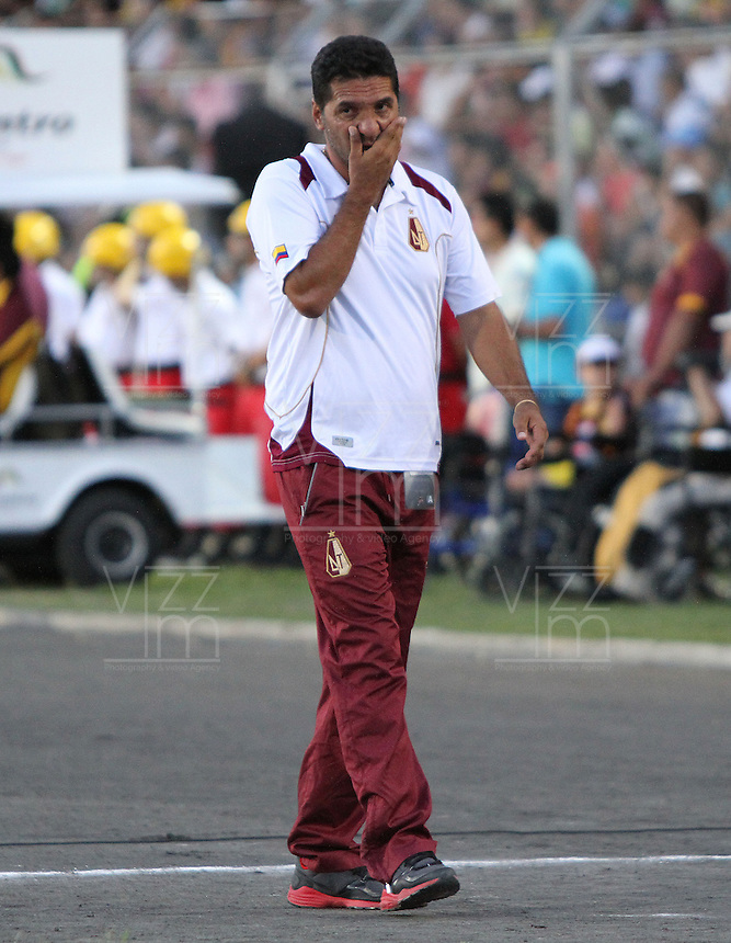 IBAGUE -COLOMBIA, 7-07-2013. Carlos Castro director t&eacute;cnico del Deportes Tolima en acci&oacute;n durante partido contra el Itag&uuml;i ,torneo Liga Postob&oacute;n, fecha 6, de la Liga Postob&oacute;n 2013-1 jugado en el estadio Manuel Murillo Toro de la ciudad de Ibagu&eacute;./ Carlos Castro Director Tolima coach in action during match against  Itagui Postob&oacute;n League tournament, dated 6, the League played in 2013-1 Postob&oacute;n Manuel Murillo Toro stadium in Ibague<br /> . Photo: VizzorImage/ Felipe Caicedo/ STAFF