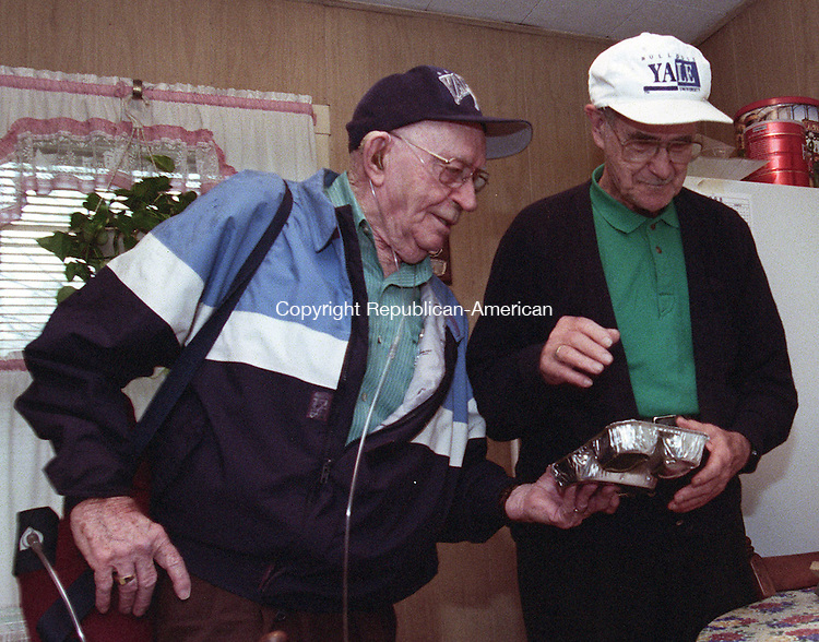 WATERBURY, CT 9/4/98--0904TK07.tif  (left to right:) William Curley, volunteer worker for VNA Healthcare, delivering meals to home bound meal to Vincent Ippolito--TOM KABELKA staff photo for REPORTERS NAME / STANDALONE PHOTO  (Filed in Scans/Scan-In)