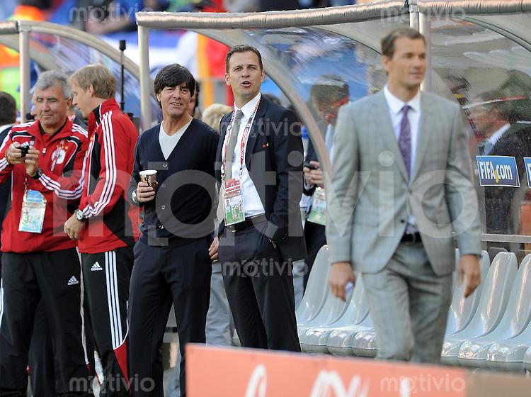 FUSSBALL WM 2010   VORRUNDE    Gruppe D   18.06.2010 Deutschland - Serbien Trainer Joachim LOEW (Deutschland)  mit Manager Oliver Bierhoff und Jens Lehmann