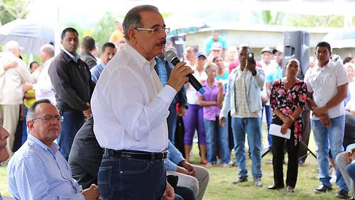 Presidente Danilo Medina en una de sus habituales visitas a la zona rural.