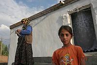 TURCHIA Dogubayazit Kurdistan turco Ragazza in primo piano e signora con foulard che lavora a maglia di fronte a casa