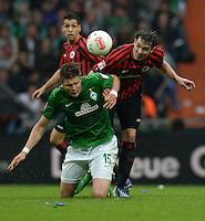 FUSSBALL   1. BUNDESLIGA   SAISON 2012/2013    33. SPIELTAG SV Werder Bremen - Eintracht Frankfurt                   11.05.2013 Sebastian Proedl (li, SV Werder Bremen) gegen Srdjan Lakic (Mitte, Eintracht Frankfurt)
