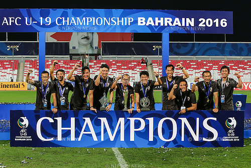 Atsushi Uchiyama & Japan coaches (JPN), OCTOBER 30, 2016 - Football / Soccer : Japan head coach Atsushi Uchiyama (5L) celebrates with the trophy after winning the AFC U-19 Championship Bahrain 2016 Final match between Japan 0(5-3)0 Saudi Arabia at Bahrain National Stadium in Riffa, Bahrain. (Photo by AFLO)