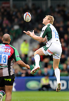 Twickenham, GREAT BRITAIN, Exiles, Peter HEWAT, collcts the high ball, during the EDF Energy Cup rugby match,  Harlequins vs London Irish, at Twickenham Stoop, Surrey on Sat 25.10.2008 [Photo, Peter Spurrier/Intersport-images]