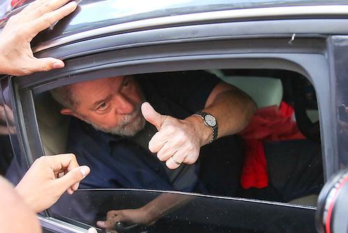 SÃO PAULO (BRASIL), 04/03/2016.- El expresidente brasileño Luiz Inácio Lula da Silva saluda a simpatizantes hoy, viernes 4 de marzo de 2016, afuera de la sede del partido de los trabajadores en Sao Paulo (Brasil). Luiz Inácio Lula da Silva afirmó hoy que se sintió