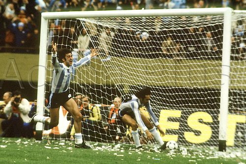 25.06.1978   Mario Kempes celebrates scoring this goal for Argentina making it 2-1 in the final against Holland. World Cup final 1978, BuenAirea