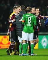 FUSSBALL   1. BUNDESLIGA    SAISON 2012/2013    17. Spieltag   SV Werder Bremen - 1. FC Nuernberg                     16.12.2012 Gerangel nach dem Abpfiff: SMarko Arnautovic und Clemens Fritz (v.l., alle SV Werder Bremen) im Wortgefecht mit Sebastian Polter (1. vl.) und Hanno Balitsch (4.v.l., beide 1. FC Nuernberg)