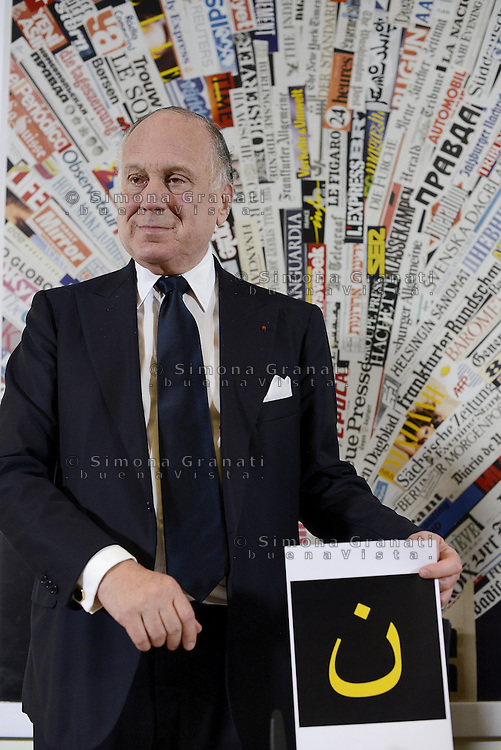 Roma, 18 Set 2014<br /> Stampa estera.<br /> Conferenza stampa di Ronald Lauder, presidente del World Jewish Congress<br /> Ronald Lauder, presidente del World Jewish Congress mostra la lettera araba che viene usata in alcuni posti del medio oriente per marcare i cristiani<br /> <br /> Rome, 18 September 2014 <br /> Press Conference by Ronald Lauder, president of the World Jewish Congress <br /> Ronald Lauder, president of the World Jewish Congress shows the Arabic letter that is used in some places in the Middle East to mark the Christians