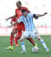 FUSSBALL WM 2014                ACHTELFINALE Argentinien - Schweiz                  01.07.2014 Valon Behrami (hinten, Schweiz) gegen Lionel Messi (Argentinien)