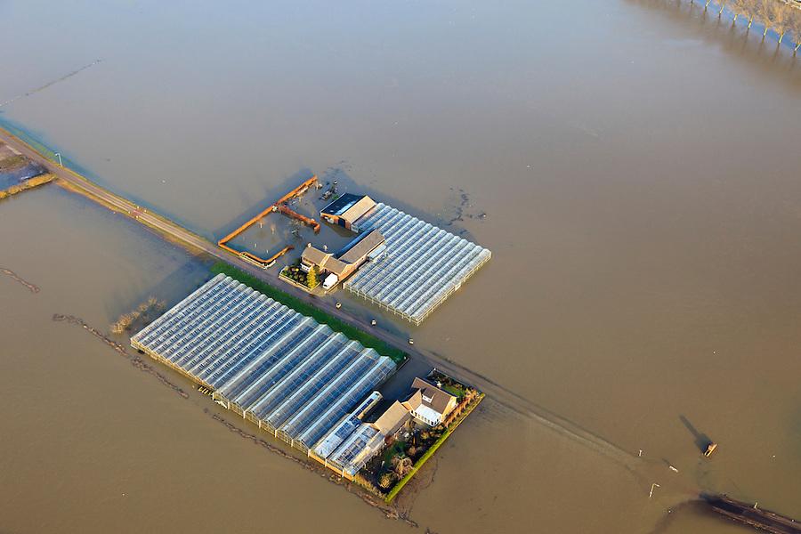 Nederland, Limburg, Gemeente gemeente Peel en Maas, 10-01-2011; hoogwater Maas, omgeving Baarlo (ten zuiden van Venlo). Ondergelopen landerijen, geisoleerde boerderijen. Het hoogste niveau is nog niet bereikt, de hoogwatergolf zal het niveau nog verder doen stijgen.Het hoogwater is een gevolg van sneeuwsmelt en neerslag in de bovenloop van de rivier. .Meuse flood, Baarlo area (south of Venlo). Flooded fields, isolated farms. The highest level is not yet reached, the flood wave will bring even higher levels. The  flood is the result of snow melt and precipitation in the upper river..luchtfoto (toeslag), aerial photo (additional fee required).© foto/photo Siebe Swart