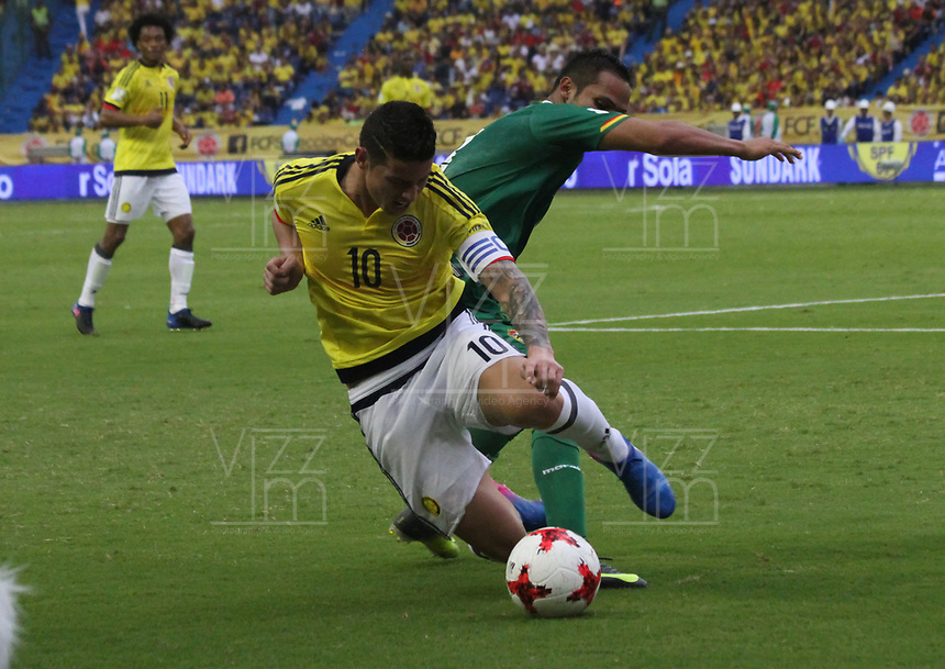 BARRANQUILLA -COLOMBIA, 23-MARZO-2017. James Rodriguez (L) player of Colombia  fights the ball against of Leonel Justiniano (R) player of Bolivia   during match for the qualifiers for the World Cup of Soccer Russia 2018 played in the  Metropolitano Roberto Melendez stadium in Barranquilla . Photo:VizzorImage / Felipe Caicedo  / Staff