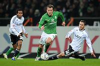 FUSSBALL   1. BUNDESLIGA   SAISON 2011/2012    16. SPIELTAG SV Werder Bremen - VfL Wolfsburg          10.12.2011 Philipp Bargfrede (Mitte, SV Werder Bremen) gegen Yohandry Orozco (li) und Bjarne Thoelke (re, beide VfL Wolfsburg)