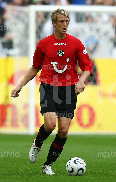 Fussball 1. Bundesliga Saison 2006/2007    8. Spieltag           FC Schalke 04 - Hannover 96 Frank FAHRENHORST (Hannover), Einzelaktion am Ball.
