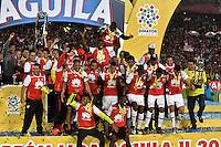 BOGOTA - COLOMBIA - 18-12-2016: The Independiente Santa Fe, players raise the trophy as Champions of the Liga Aguila II -2016 at the Nemesio Camacho El Campin Stadium in Bogota city, Photo: VizzorImage / Luis Ramirez / Staff.