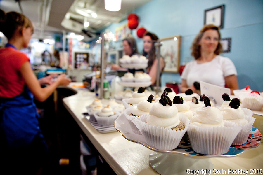TALLAHASSEE, FLA. 8/19/10-VISITTALLY-081910-HACKLEY-Cupcakes await hungry patrons at Lucy & Leo's Cupcakery in Tallahassee...COLIN HACKLEY PHOTO