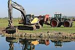 Foto: VidiPhoto<br /> <br /> HETEREN - Personeel van Bongers Loon- en Grondverzetbedrijf uit Tiel werkt woensdag aan de verbreding van de Linge bij het Betuwse Heteren. Ter plaatse wordt in opdracht van Waterschap Rivierenland een natuurvriendelijke oever aangelegd. De werkzaamheden zijn onderdeel van een grootschalige aanpak van de rivier en zijn oevers. Behalve verbreding van het stroomgebied, ten koste van weilanden en akkers langs de Linge, wordt de rivier waar nodig uitgebaggerd en voorzien van natuurvriendelijke oevers. De baggerwerkzaamheden -die 50 jaar geleden voor het laatst zijn uitgevoerd- zijn naar verwachting eind september afgerond. De aanleg van de natuuroevers gaat nog even door. Doel van de werkzaamheden is een snellere afvoer van regenwater, waardoor er minder wateroverlast ontstaat in het agrarisch gebied langs de Linge.