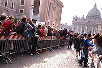 Stato della Città del Vaticano. Funerali di Papa Giovanni Paolo II. Vatican City State. Funeral of Pope John Paul II. Basilica di San Pietro. Saint Peter's Basilica.Folla di fedeli in fila rende omaggio al Papa. Crowd of the faithful in line pays tribute to Pope......