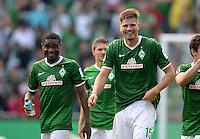 FUSSBALL   1. BUNDESLIGA   SAISON 2013/2014   2. SPIELTAG SV Werder Bremen - FC Augsburg       11.08.2013 Cedrick Makiadi und Sebastian Proedl (v.l., alle SV Werder Bremen) freuen sich nach dem Abpfiff
