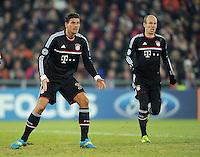 FUSSBALL   CHAMPIONS LEAGUE   SAISON 2011/2012  Achtelfinale Hinspiel   22.02.2012 FC Basel - FC Bayern Muenchen  Mario Gomez (li, FC Bayern Muenchen) enttaeuscht und Arjen Robben (hinten re, FC Bayern Muenchen)