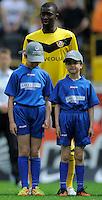 Fussball, 2. Bundesliga, Saison 2011/12, SG Dynamo Dresden - FC St.Pauli, Sonntag (29.04.12), gluecksgas Stadion, Dresden. Einlaufkinder mit Cheikh Gueye.