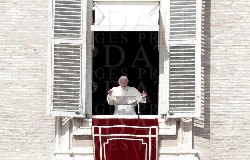 Papa Benedetto XVI celebra il suo ultimo Angelus dalla finestra del suo studio, in piazza San Pietro, Citta' del Vaticano, 24 febbraio 2013. Il Papa lascera' il Pontificato il prossimo 28 febbraio..Pope Benedict XVI celebrates his last Angelus prayer from his studio overlooking St. Peter's square at the Vatican, 24 February 2013. The Pontiff will leave the Papacy on next 28 February..UPDATE IMAGES PRESS/Isabella Bonotto -STRICTLY FOR EDITORIAL USE ONLY-