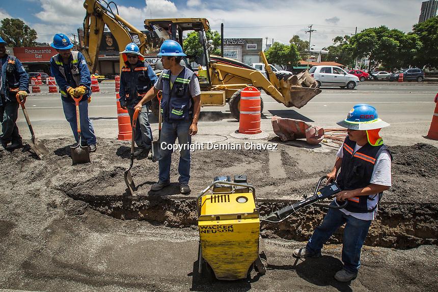 Querétaro, Qro. 10 de agosto de 2016.- Las obras que se realizan en el Bulevard B. Quintana, contunúan ahorcando ésta vialidad. Los automovilistas se quejan no solo de ésta obra, si no de que existen simultáneamente otras realizándose.