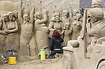 Foto: VidiPhoto<br /> <br /> GARDEREN - Zo'n twintig internationaal bekende zandkunstenaars werken woensdag aan het Veluws Zandsculptuur Festijn in Garderen. Het Nederlandse project, dat tussen 17 april en en 31 oktober dagelijks te bezichtigen is (m.u.v. de zondag), heeft inmiddels wereldfaam. Vorig jaar bezochten zelfs 130.000 toeristen uit binnen- en buitenland het zandsculptuurfestijn op de Veluwe. Vooral Chinezen en Duitsers blijken zeer ge&iuml;nteresseerd in de Holllandse taferelen die ieder jaar worden afgebeeld. Dit jaar is het thema &quot;Grootmoeders tijd&quot;, met ruim honderd sculpturen op nog geen 2000 vierkante meter, waaronder veel aandacht voor onderwerpen en schilderijen die gerelateerd zijn aan Vincent van Gogh. Het bouwen van de sculpturen en aanpassen van zowel het buitenterrein als de binnenruimte vergt dit jaar een investering van 2,5 ton, ondanks dat het zand ieder jaar wordt hergebruikt. E&eacute;n zandkunstenaar is in vaste dienst om de kunstwerken te herstellen die door regen en bezoekers beschadigd raken. Volgens initiatiefnemer Adri van Ee zijn het vooral ouderen en niet jongeren die niet van de sculpturen kunnen afblijven.