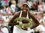 Tennis All England Championships Wimbledon Venus Williams (USA) jubelt mit der Trophaee im Arm nach ihrem Sieg ueber Lindsay Davenport (USA).