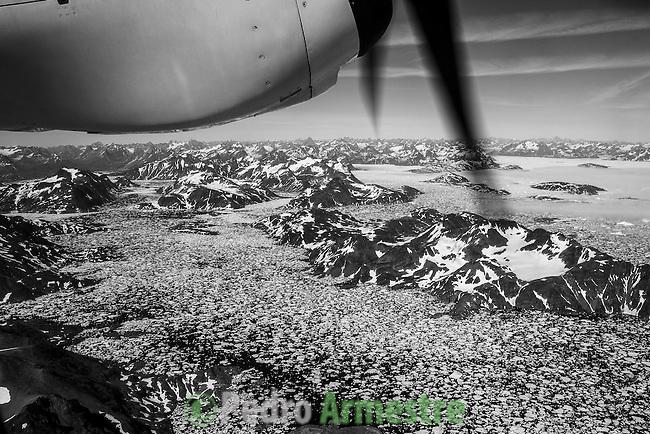 Imagen aerea al despegar del aeropuerto de Kulusuk, en Groenlandia. La expedición de Greenpeace en el Artico muestra las evidencias del cambio climatico en las proximidades del casquete Polar artico, en Groenlandia. Alejandro Sanz acompaña a la expedición. 20 Julio 2013. © Pedro ARMESTRE