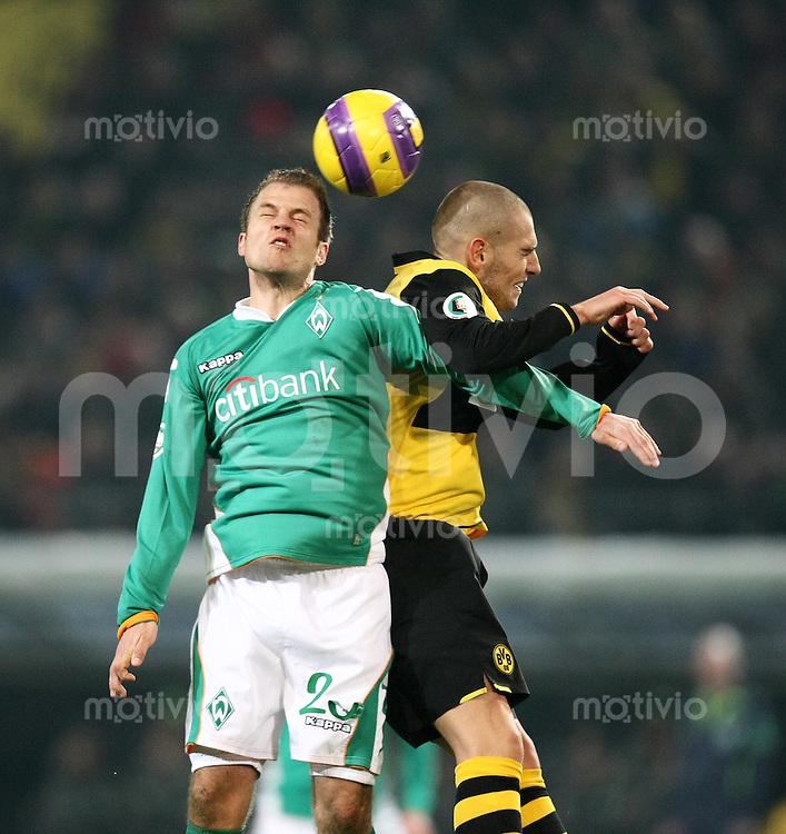 Fussball   DFB POKAL    Achtelfinale   Saison 2007/2008       Borussia Dortmund  2-1  SV Werder Bremen                 29.01.2008 Daniel Jensen (li,Bremen)  gegen  Mladen Petric (Dortmund)