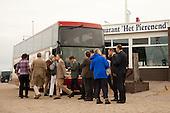 Na de lunch gingen de deelnemers aan het werkbezoek van deltacommissaris Wim Kuijken aan het Waddengebied met de bus van Lauwersoog naar de Eemshaven.