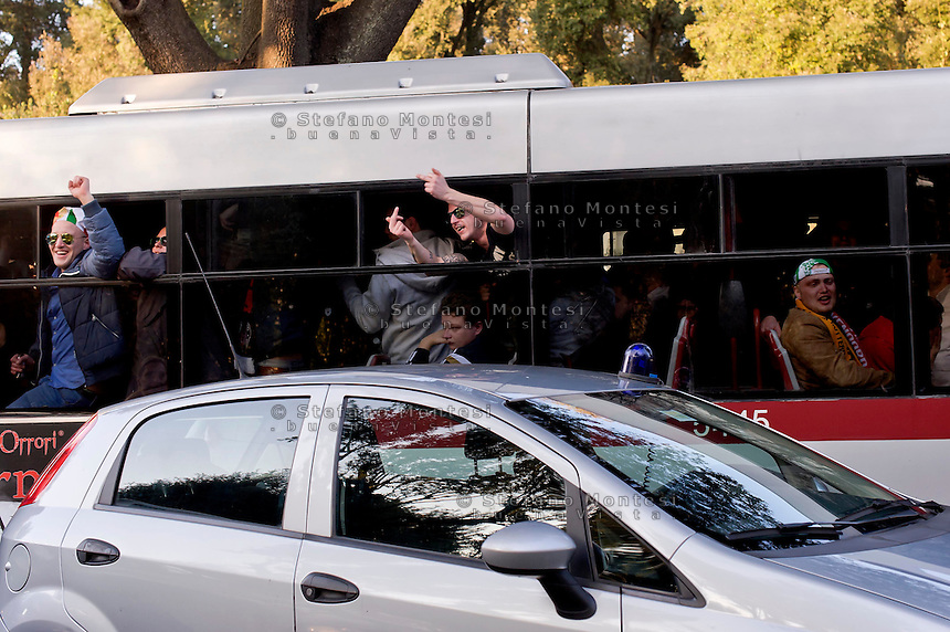 Roma 19 Febbraio 2015<br /> Hooligan Feyenoord sugli autobus Atac che li portano allo stadio,  in vista della partita che si svolger&agrave; stasera allo stadio Olimpico contro la Roma. <br /> Rome February 19, 2015<br /> Feyenoord hooligans on buses Atac that take them to the stadium for the match which will take place tonight at the Olympic Stadium against Roma.