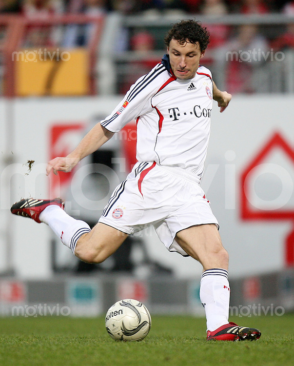 Fussball  1. Bundesliga  Saison 2006/2007 Mark VAN BOMMEL (FC Bayern Muenchen), Einzelaktion am Ball