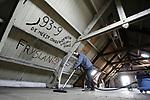 Foto: VidiPhoto<br /> <br /> EDE &ndash; Met uiterste precisie om niets te beschadigen, wordt donderdag de zolder van Gebouw 23 van de Mauritskazerne (1904) in Ede stof- en duivenpoepvrij gemaakt door personeel van schoonmaakbedrijf Den Aantrekker uit Andelst. Dat gebeurt in opdracht aan aannemersbedrijf Gebr. Van Veen uit Ede, die het gebouw in mei moet opleveren aan een reclamebureau, de nieuwe gebruiker van de voormalige militaire garage voor voertuigen en paarden. De karakteristieke militaire zolderruimte is volgekalkt met teksten van dienstplichtige militairen die er na de Tweede Wereldoorlog hun verblijf hebben gehad. Omdat een deel van de gebouwen op de kazerne nog door de Duitse bezetter is gebouwd, zijn ook uit die tijd inscripties te vinden. Vrijwel alle gebouwen op de kazerne krijgen nu en in de toekomst de bestemming van kantoren en woningen, waarbij de monumentale status intact moet blijven. Zo speelde Ede vanaf 2014 al een belangrijke rol bij de mobilisatie van een veldleger voor de Eerste Wereldoorlog. Door de jaren heen hebben duizenden militairen hun dienstplicht vervuld op een van de vele kazernes in Ede. Hun frustraties en andere kritische uitingen op de zolder van Gebouw 23 spreken boekdelen, waarbij de lichtingen uit de diverse perioden elkaar tekstueel duidelijk de loef proberen af te steken. De Mauritskazerne is in 2011 door Defensie overgedragen aan de gemeente Ede. Maar al ruim voor die tijd werden de zolders bevolkt door honderden duiven, die via gaten en kieren naar binnen wisten te komen.