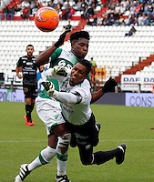 MANIZALES - COLOMBIA -12-02-2017: Jose Cuadrado (Der) portero de Once Caldas, disputa el balón con Jose Lloreda (Izq.) jugador de Deportivo Cali, durante partido Once Caldas y Deportivo Cali, por la fecha 3 de la Liga de Aguila I 2017 en el estadio Palogrande en la ciudad de Manizales. / Jose Cuadrado (R) goalkeeper of Once Caldas, figths the ball with con Jose Lloreda (L) player of Deportivo Cali, during a match Once Caldas and Deportivo Cali, for date 3 of the Liga de Aguila I 2017 at the Palogrande stadium in Manizales city. Photo: VizzorImage  / Santiago Osorio / Cont.
