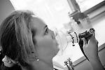 Utilisation du MEOPA dans la gestion de la douleur...Le MEOPA.Utilisé d'abord en pédiatrie, le mélange équimolaire protoxyde d'azote-oxygène (Meopa) est analgésique et anxiolytique. .Celui-ci est stocké dans une bouteille blanche et bleue de 5 litres (marquage conventionnel) remplie à 170 bars (soit 1,5 m3 de gaz). Il existe également des bouteilles de 20 litres (soit 6 m3 de gaz)..Actuellement, environ 50% des services d'urgence utilisent le MEOPA.