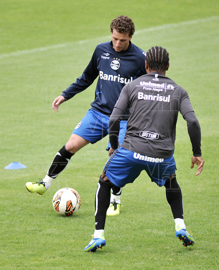 BOGOTA - COLOMBIA - 15-05-2013: Elano (Izq.)  y Ze Roberto (Der.) jugadores del Gremio durante entreno en el Estadio Nemesio camacho El Campin en la ciudad de Bogota, mayo 15 de 2013. El gremio de Brasil se encuentra en Bogota para disputar partido de vuelta de la Copa Bridgestone Libertadores contra el Independiente Santa Fe, el proximo mayo 16 en el estadio Nemesio Camacho el Campin. (Foto: VizzorImage / Luis Ramirez / Staff). Elano (R) and Ze Roberto (L) players of Gremio during a training in the Nemesio Camacho El Campin in the city of Bogota, May 15, 2013. Gremio of Brazil is in Bogota to play second leg of the Copa Bridgestone Libertadores against Independiente Santa Fe, next May 16 in the stadium Nemesio Camacho el Campin. (Photo: VizzorImage / Luis Ramirez / Staff).