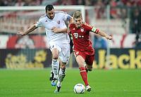 Fussball DFB Pokal:  Saison   2011/2012  2. Runde  26.10.2011 FC Bayern Muenchen - FC Ingolstadt 04 Malte Metzelder (li, FC Ingolstadt ) gegen Toni Kroos (FC Bayern Muenchen)