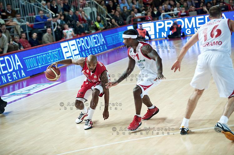 Teramo 04-12-2011 Campionato di Lega A1 Basket 2011/2012: TERAMO BASKET VS SCAVOLINI SIVIGLIA TERAMO. IN FOTO HACKETT DANIEL DEL PESARO CONTRASTATO DA BROWN DANIEL DEL TERAMO