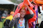 Foto: VidiPhoto<br /> <br /> OOSTERBEEK - Feestvierders lieten zich woensdag tijdens Koningsdag niet afschrikken door de korte, maar soms hevige regen- en hagelbuien. Bij de Oranjemarkt in Oosterbeek, traditioneel een kleedjesmarkt voor kinderen, waren kramen geplaatst waaronder de activiteiten tijdens de regen gewoon doorgingen. Wel waren de meeste mensen vanwege de kou goed aangekleed, maar volgens de organisatie was het nauwelijks minder druk dan andere jaren.