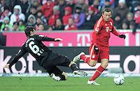 FUSSBALL   1. BUNDESLIGA  SAISON 2011/2012   21. Spieltag FC Bayern Muenchen - 1. FC Kaiserslautern       11.02.2012 Mathias Abel (li, 1. FC Kaiserslautern)  gegen Ivica Olic (FC Bayern Muenchen)