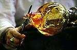 Foto: VidiPhoto..DUIVEN - Glaskunstenaar Bernard Heesen vervaardigt woensdag het laatste deel van een unieke serie kristallen glazen voor Royal Leerdam. Dat gebeurt in opdracht van de glasfabriek, die op 11, 12 en 13 september de Leerdamse Glasdagen organiseert. De nieuwe collectie wordt dan gepresenteerd. Behalve allerhande demonstraties wordt er ook een internationale glaskunstbeurs georganiseerd.