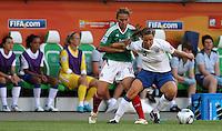 Wolfsburg , 270611 , FIFA / Frauen Weltmeisterschaft 2011 / Womens Worldcup 2011 , Gruppe B  ,  ..England - Mexico ..Rachel Unitt (England) gegen Dinora Garza (Mexico) ..Foto:Karina Hessland ..